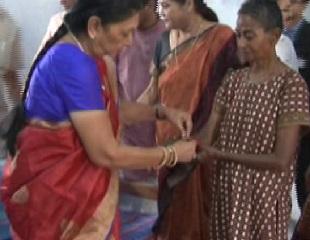 Rakhi to women beggar by Anandiben