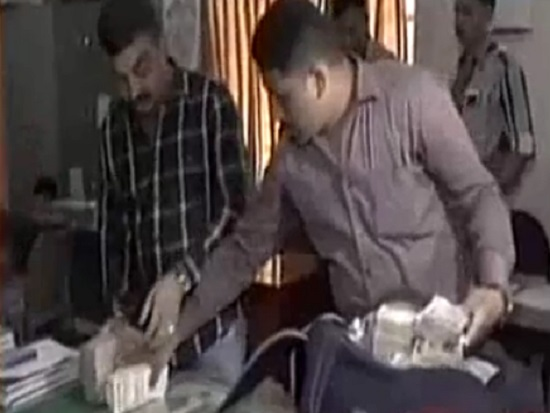 SOG arrested 5 persons with Rs 1 crore scrapped notes in Rajkot