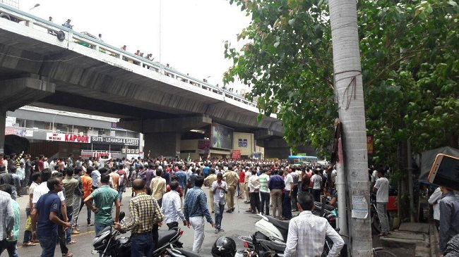 Surat police lathicharged on protesting textile traders against GST