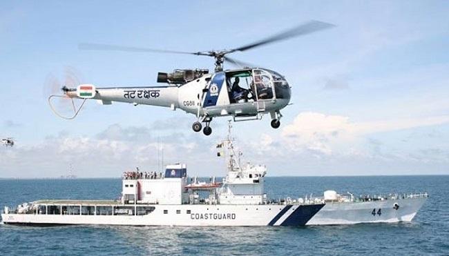 8 fishermen rescued gujarat