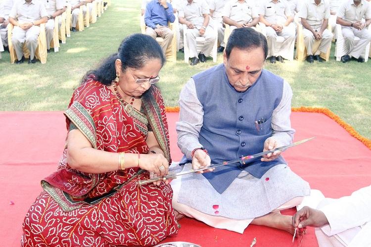 vijay rupani shastra puja with wife