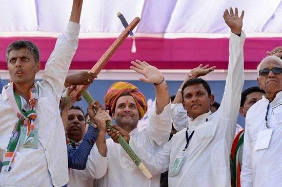 rahul gandhi with farmers in bayad