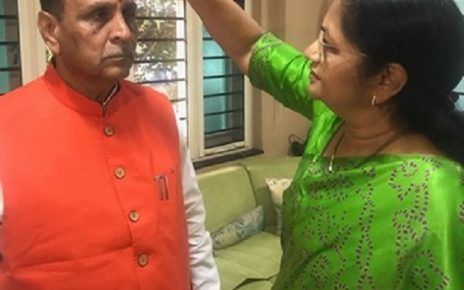 rupani applied tilak by wife before filing nomination