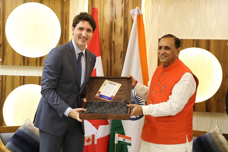 GUJARAT CM AND CANADA PM EXCHANGE MEMENTO