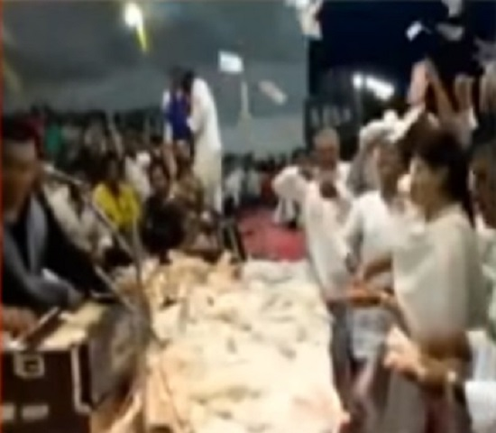 poonam maadam showered money on kirtidan gadhvi
