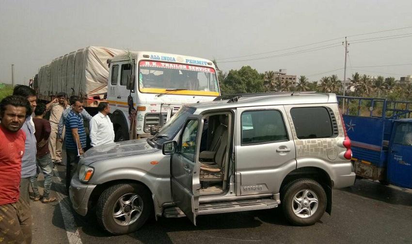pravin togadia unhurt in surat truck accident