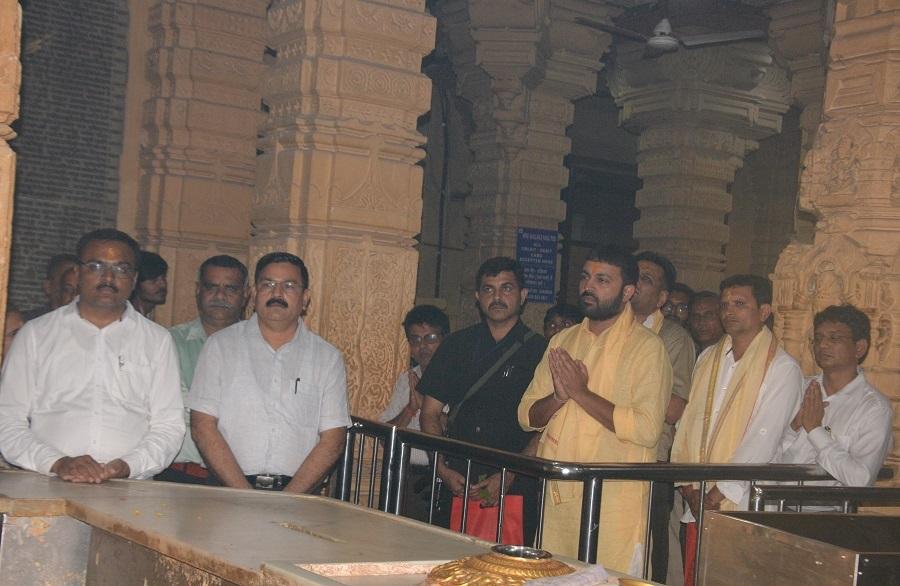 jayesh radadiya takes darshan at somnath temple