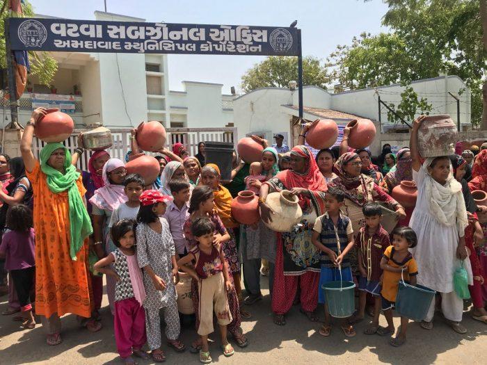 vatva women protest with pots