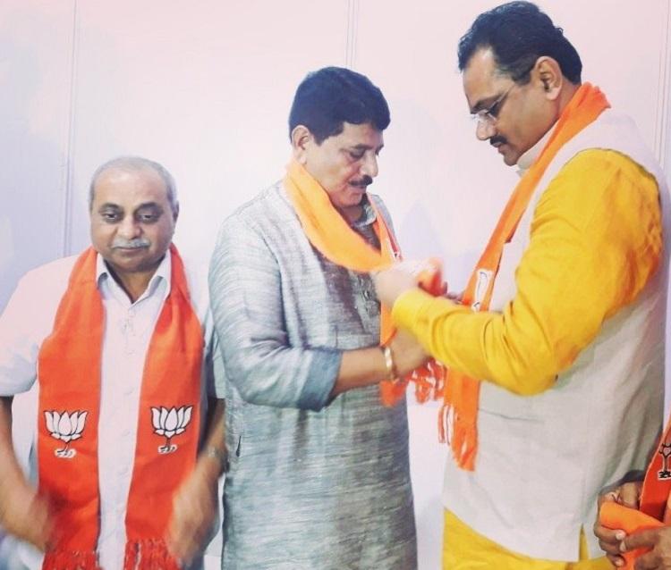 mahendrasinh vaghela wears saffron scarf of bjp