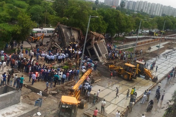 Surat-rdd-entrance gate collapse