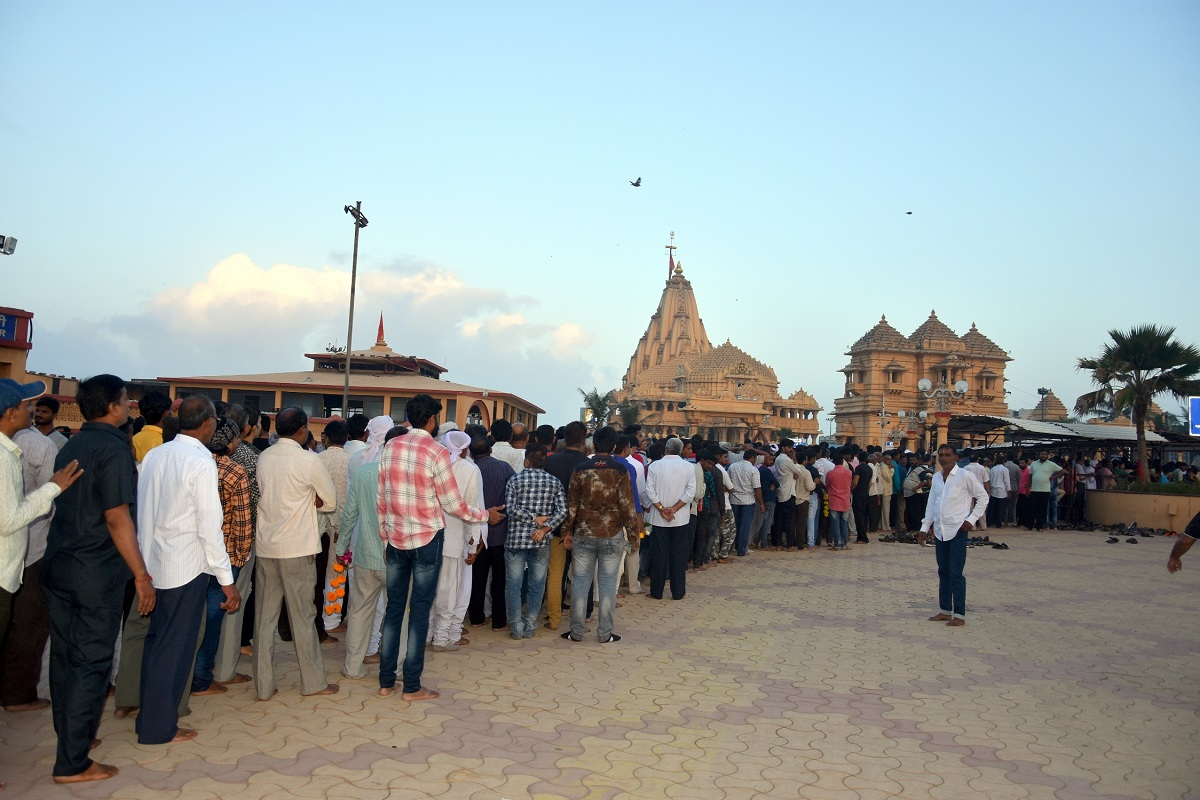 somnath temple devotees lined up