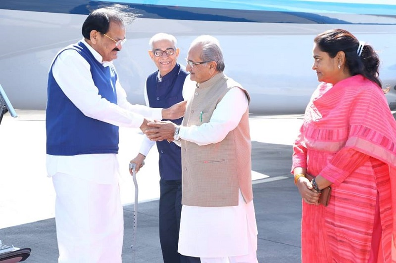 venkaiah naidu welcomed in ahmedabad