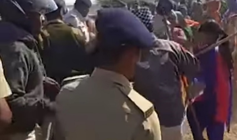 police beat farmers in bhavnagar