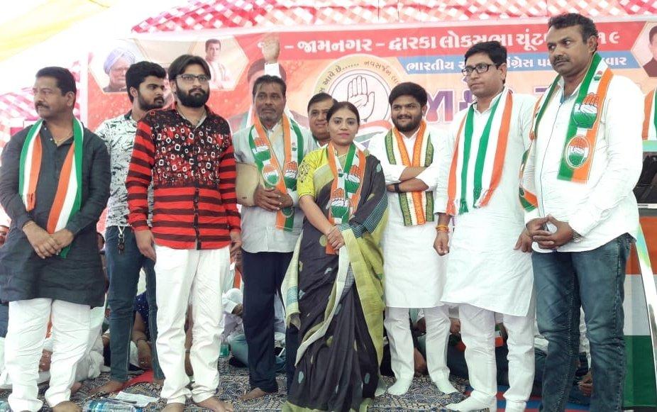 Naynaba ravindra jadeja sister joins congress