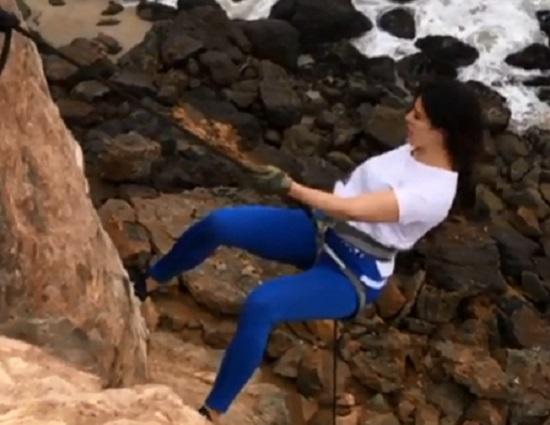 jacqueline fernandez doing rock climing