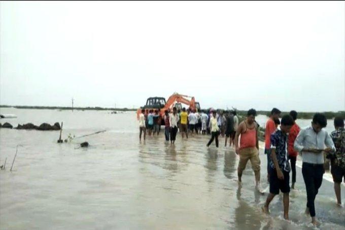 ahmedabad bhavnagar edge broken of highway