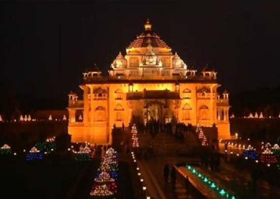 akshradham temple decorated with 10000 lamps